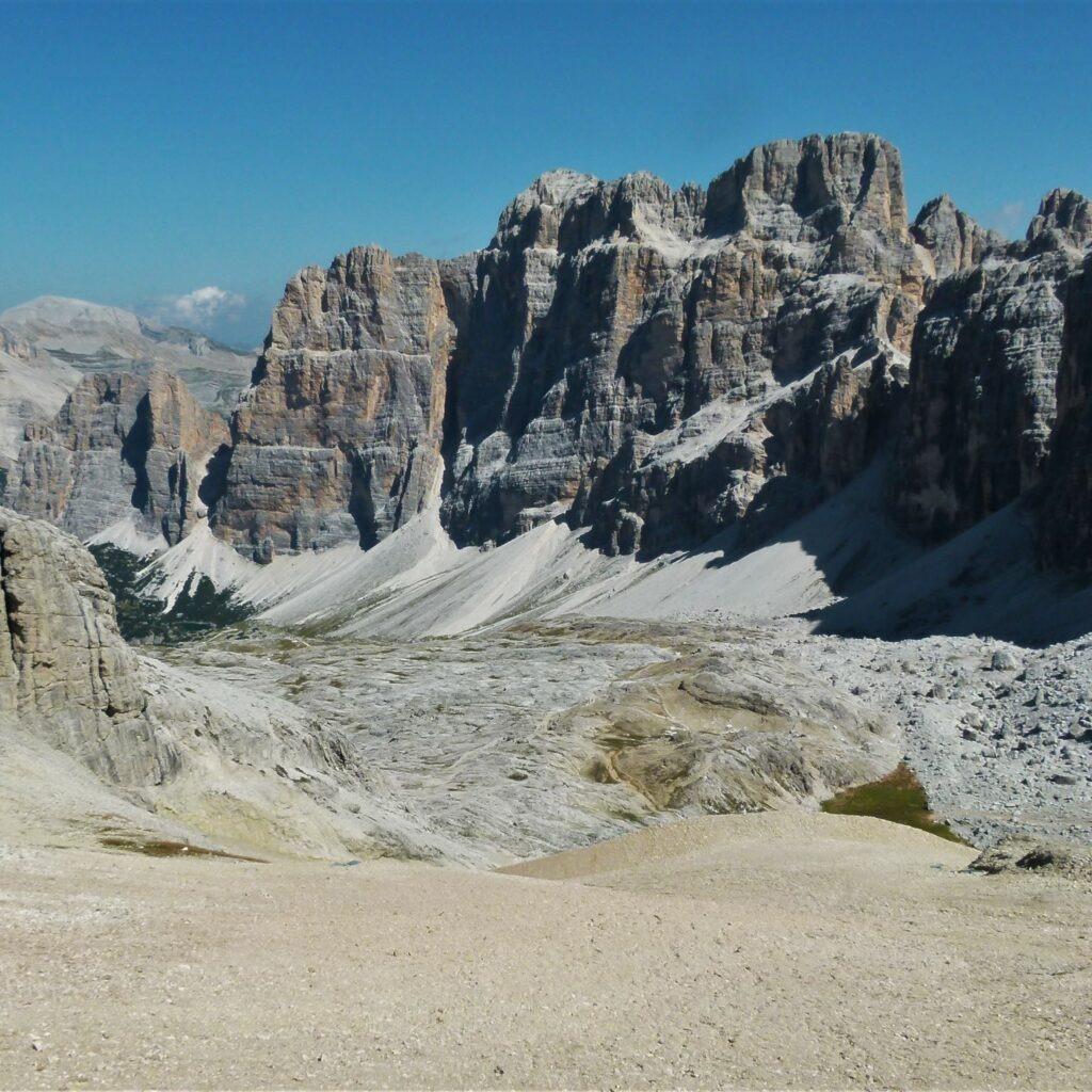 Décor minéral des Dolomites comme on en voit sur ce beau parcours de trekking dans les Alpes