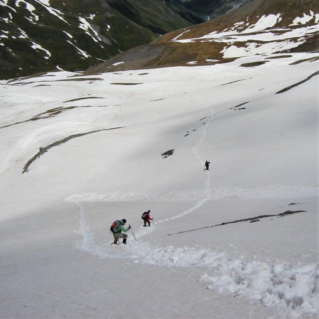 Piémont - passage de col enneigé - situation que l'on rencontre sur ce beau parcours de trekking dans les Alpes