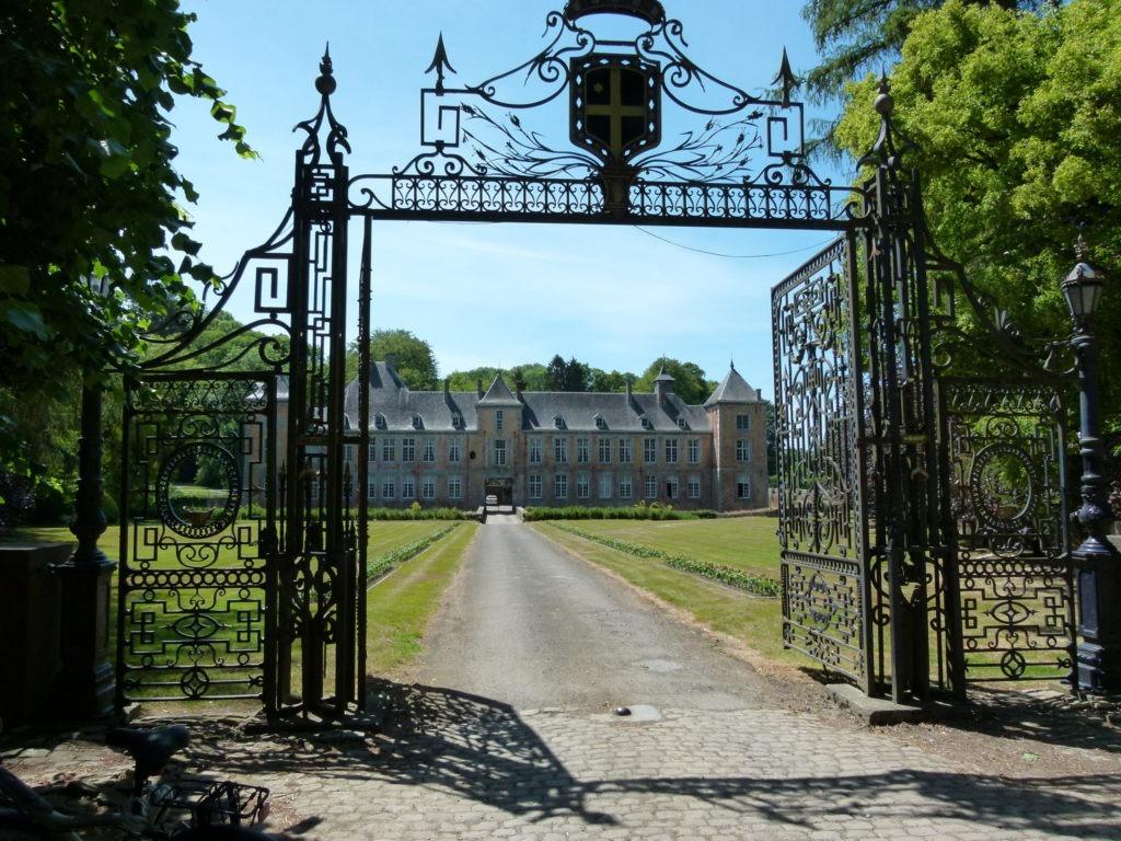 Randonner en Condroz namurois pour découvrir le château de Haltinne